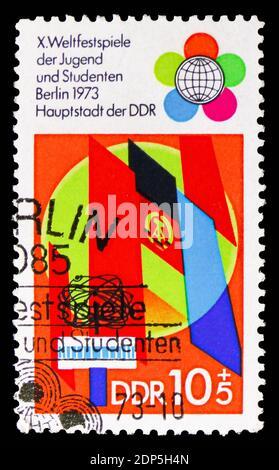 MOSCÚ, RUSIA - 15 DE SEPTIEMBRE de 2018: Un sello impreso en DDR (Alemania) muestra Banderas, Festival Mundial de jóvenes y estudiantes, serie de Berlín, alrededor de 1973
