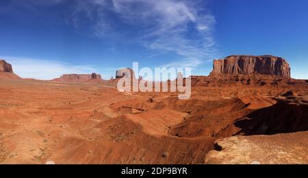 Formaciones rocosas en el desierto contra el cielo