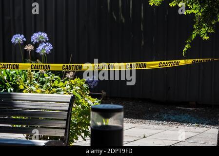 """Melbourne, Australia. 19 de diciembre de 2020. La policía acordonó la escena del crimen donde se encontró un rastro de sangre.SE encontró A un hombre con graves lesiones en las manos y después de una investigación policial se encontró que era un """"incidente médico"""" donde las heridas eran informes de la policía autoinfligidos. Crédito: SOPA Images Limited/Alamy Live News"""