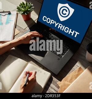 Icono de copyright en la pantalla. Derecho De Patentes Y Propiedad Intelectual. Concepto De Negocio, Internet Y Tecnología