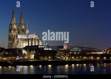 vistas a la ciudad de colonia con la catedral y la estación central al atardecer