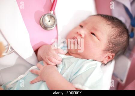 La sección media del doctor que lleva a la niña recién nacida