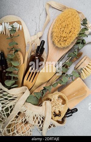 Conjunto de productos ecológicos sobre fondo de hormigón gris. Estilo de vida sostenible. Concepto sin plástico. Plano, vista superior, maqueta