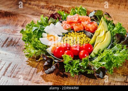 Alimentos saludables. Super food.Bowl con verduras y pescado salmón tomates aguacate huevo de pollo hervido. Foto de stock