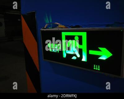 Primer plano de la señal de salida iluminada en la pared
