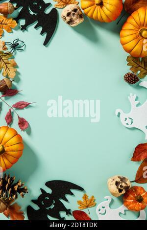 Vista en ángulo alto de varios objetos de Halloween sobre fondo azul