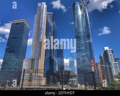 Ángulo de visión baja de los edificios contra el cielo