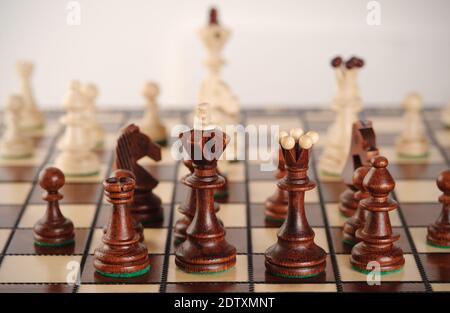Juego de ajedrez con tablero y figuras .Juego de ideas y competencia. Enfoque selectivo.