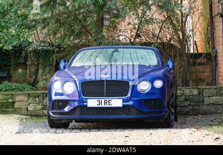 Coche de lujo azul Bentley aparcado