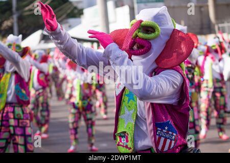 BARRANQUILLA, COLOMBIA - 13 de febrero de 2018: Un grupo de personajes de Monocuco pasan por el alegre grupo de la Batalla de las Flores del Barranquil