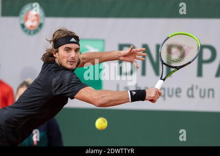 El tenista griego Stefanos Tsitsitas jugando una mano durante el Abierto de Francia 2020, París, Francia, Europa.