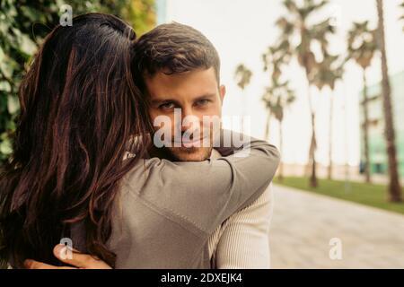Pareja romántica abrazándose unos a otros en el parque