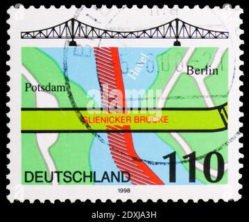 MOSCÚ, RUSIA - 23 DE MARZO de 2019: Sello postal impreso en Alemania muestra Glienicke Bridge, Berlín, serie, alrededor de 1998