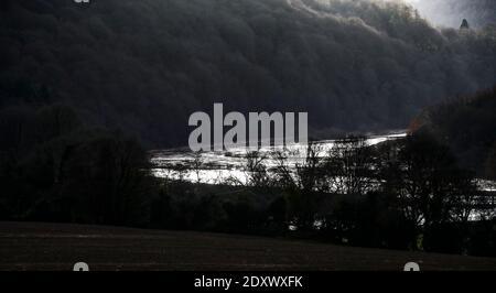El río Wye explota su banco en inundaciones nocturnas a lo largo del valle de Wye, Gales. Los niveles del río pueden llegar a ser más altos.