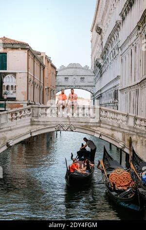 Italia Venecia, ciudad casi vacía de Venecia durante el verano de 2020 con el auge de la pandemia de covid 19 en Italia. Europa Venzia, pareja en viaje por la ciudad de Venecia Italia