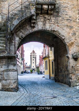 Callejón vacío bajo el arco en la ciudad