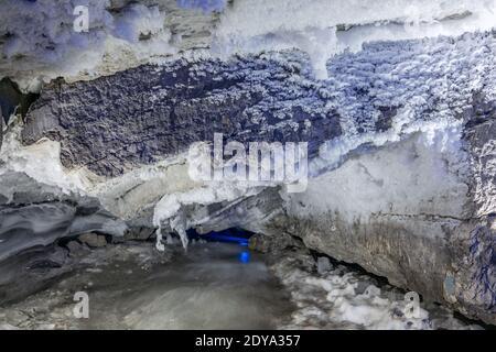 Entrada a la cueva de hielo con muchas icículas. Pendiente de la montaña dentro de una cueva fantástica. Kungur en los Urales, Rusia Foto de stock
