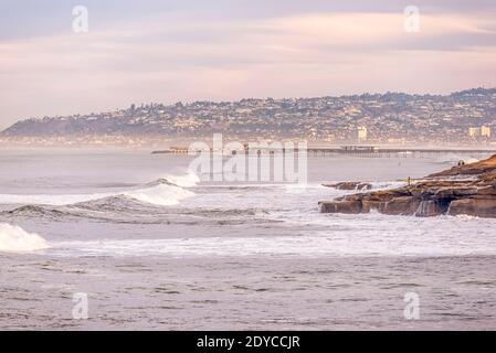 Invierno por la mañana escena costera en el Parque Natural Sunset Cliffs. San Diego, CA, EE.UU. Foto de stock