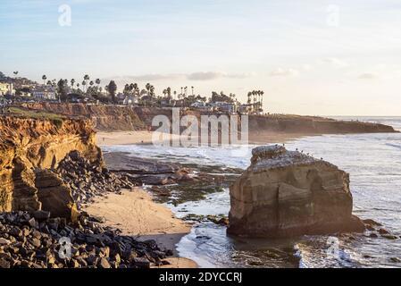 Invierno por la tarde escena costera en el Parque Natural Sunset Cliffs. San Diego, California, Estados Unidos.