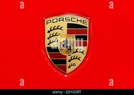 Logotipo de la Marca Porsche en un capó rojo brillante primer plano, macro, detalle, vista superior, clásico Porsche AG Stuttgart emblema de la empresa aislado, logotipo de arriba