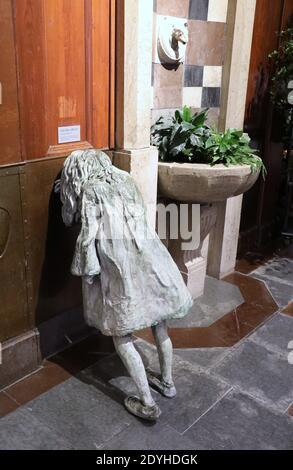 Chica llorando no 5 por la escultora galesa Laura Ford en Estación Central de trenes de Gotemburgo en Suecia