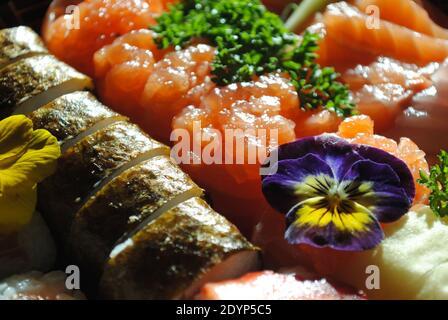 Una muestra de piezas de sushi recién preparadas listas para ser disfrutadas.