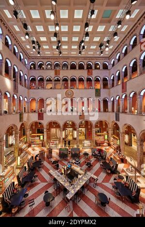 Foto interior de Fondaco dei Tedeschi, grandes almacenes de lujo, Venecia, Veneto, Italia