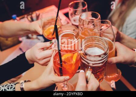 Las manos de la mujer anciana con una copa de vino otra copa de vino