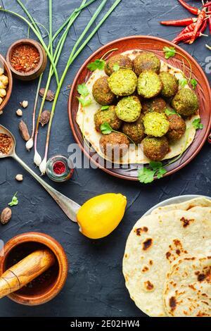 Falafel bolas fritas a base de garbanzos.Falafel vegetariano fresco