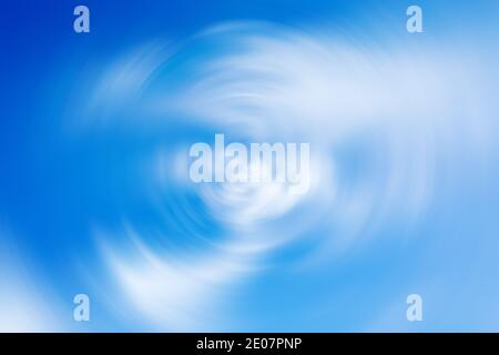 Fondo con efecto de desenfoque radial de espín de azul nublado cielo
