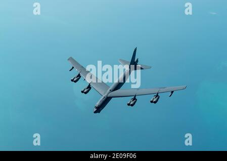 Golfo Pérsico, Estados Unidos. 30 de diciembre de 2020. Un avión de bombardero estratégico B-52 Stratofortress de la Fuerza Aérea de EE.UU. Del ala 5 Bomb, se acerca a un KC-135 Stratotanker para repostar el 30 de diciembre de 2020 sobre el Golfo Pérsico. El bombardero es la tercera muestra de misión de la fuerza como un mensaje a Irán. Crédito: Planetpix/Alamy Live News