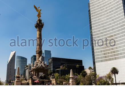 Calle Reforma, monumento en la Ciudad de México estatua de Ángel en el distrito de Polanco, vista desde abajo, rascacielos de fondo Foto de stock