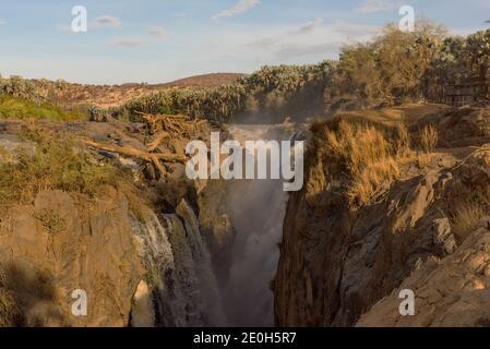 Las cataratas Epupa del río Kunene en la frontera Entre Angola y Namibia
