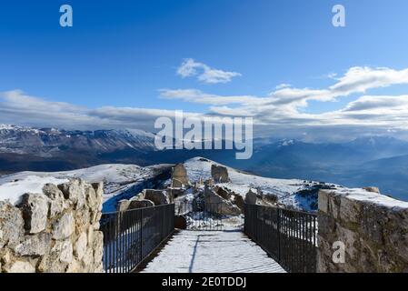 Montaña nevada paisaje visto desde la Rocca Calascio, región de Abruzzo, Italia
