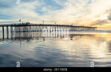 Pismo Beach, California/Estados Unidos - 1 de enero de 2021 muelle histórico de madera Pismo Beach al atardecer, vista panorámica. Un icónico muelle de madera de California en el he Foto de stock
