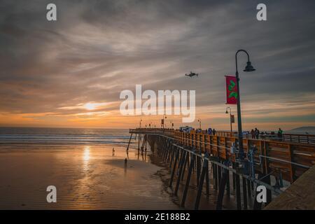 Pismo Beach, California, Estados Unidos - 1 de enero de 2021 puesta de sol en la playa y el muelle. Un icónico muelle de madera de California a 1, 370 pies de largo en el corazón de Pism Foto de stock