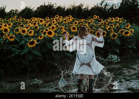 Mujer morena en Sunflower Field, Reino Unido