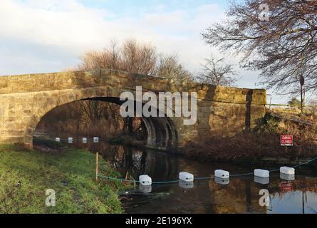 Whinnyfield Bridge, un puente de piedra de acceso de un agricultor sobre el canal de Lancaster ha sufrido daños en una huelga de vehículos, el canal está cerrado a la navegación.
