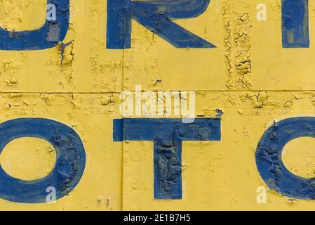 Tipografía vintage en un fondo abstracto de textura de pared con letras gráficas de color azul oscuro.