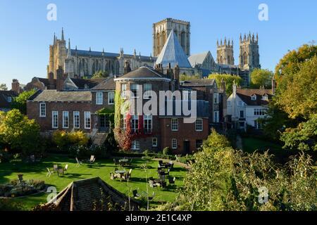 2 edificios históricos de primer nivel - la iglesia de la catedral y el jardín Grey's Court hotel - de las murallas de la ciudad en la pintoresca York, North Yorkshire, Inglaterra, Reino Unido.