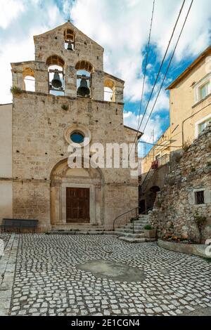 La iglesia parroquial, dedicada a San Giovanni Battista, del antiguo pueblo de Castelvecchio Calvicio. Provincia de L'Aquila, Abruzos, Italia, Europa