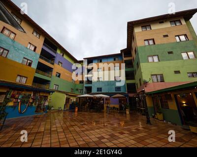 Pintorescas fachadas históricas edificios de colores Plazoleta de los Zocalos principal Pueblo cuadrado pueblo Guatape Pueblo en Antioquia Colombia Sudamérica
