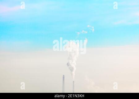 Concepto de contaminación atmosférica . Humo tóxico que emana de la fábrica