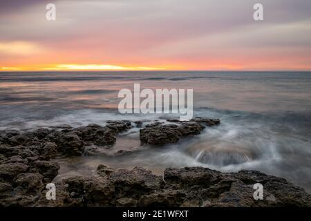 Una vibrante puesta de sol en la playa del puerto Willunga en Australia del Sur El 1 de enero de 2021 Foto de stock