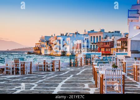Mykonos, Grecia. Frente al mar en Little Venice, Mykonos al atardecer. Foto de stock