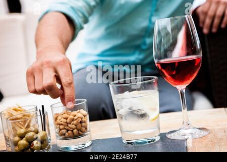 Man mano alcanzando para los smacks en la mesa
