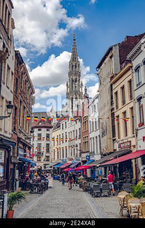 Bruselas, Bélgica - 20 de julio de 2020: Gente caminando por una calle histórica en el casco antiguo de Bruselas