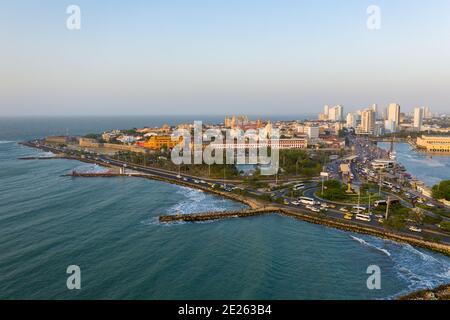 El tráfico de la ciudad vieja de Cartagena en la vista aérea de la noche.