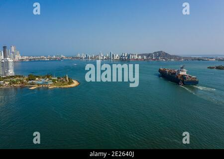 El buque de carga entra en el puerto de Cartagena Colombia vista aérea.