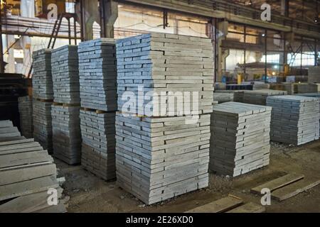 Fabricación de losas de hormigón. Producción de hormigón armado. Trabajadores trabajando con metal, refuerzo de soldadura para refuerzo de hormigón. Casa-buil